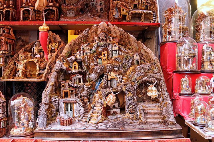 ナポリの職人によるプレゼペも有名です。馬小屋だけでなく町全体を再現した模型も