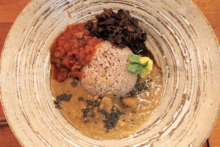 「胡椒バターとチキン」、「パプリカとトマト」、「ブラックマスタードとアワビ茸」の3種盛り