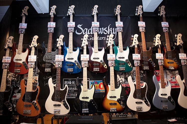ジャズベースタイプが並ぶSadowsky Guitarsのコーナー