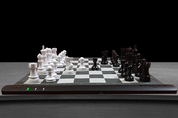 ムンバイを本拠とするスタートアップによるチェス盤「スクエア・オフ」。リモート対戦相手の駒が自動で動く(写真:Square Off)