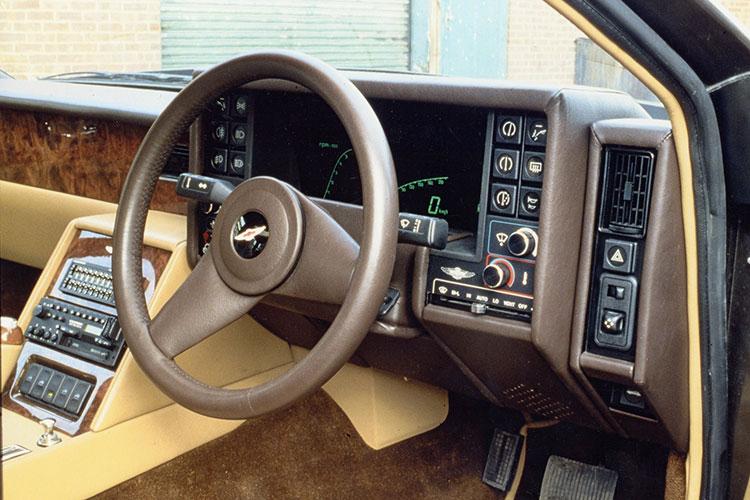 オリジナルは表示にLEDを使っており、1983年からはブラウン管に変更された
