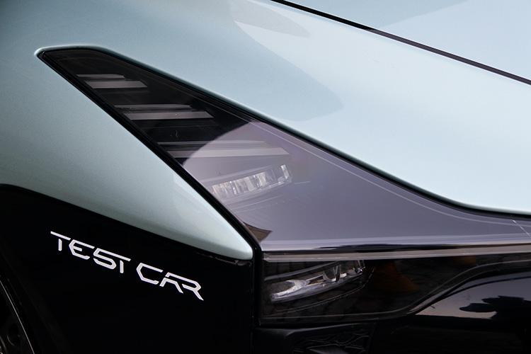 コンセプトカーを継承した切れ長のLEDヘッドランプ。イタルデザインの灯火類担当エンジニアの腕が光る