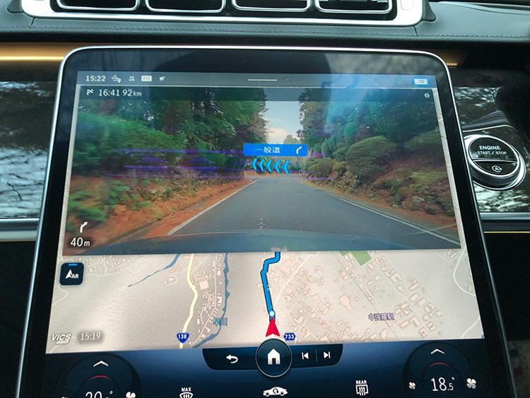 ARナビでは矢印がアニメーションのように動いて進路方向を指示する