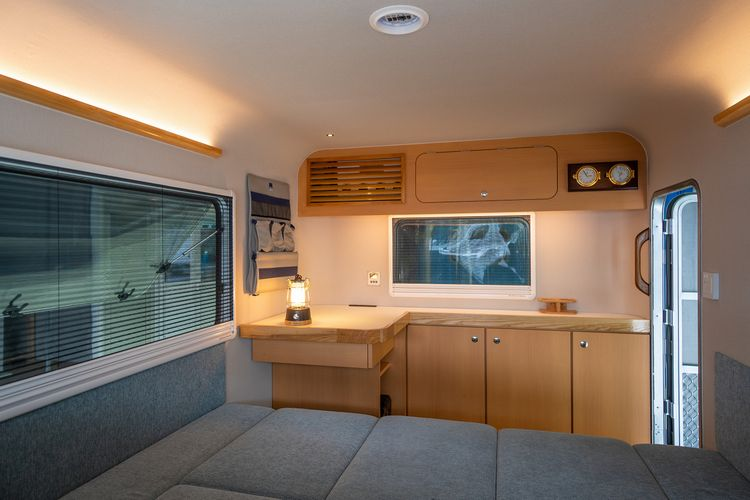 「カッコイイ」デザインを職人技で実現したトレーラー 「X-cabin」