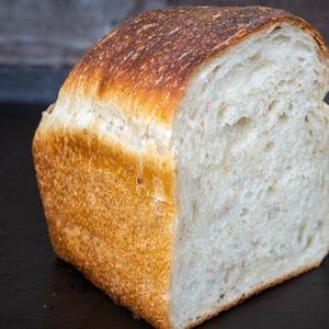 食パンが奏でるざくざく音。都内で珍しい薪窯は、店主の手作り/パン屋塩見