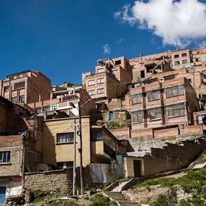 ラパスの住宅街に建設されるロープウェー