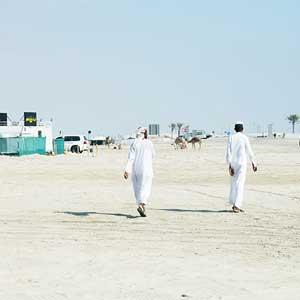 (100)  少年2人の背中に重ねたもの 永瀬正敏が撮ったカタール