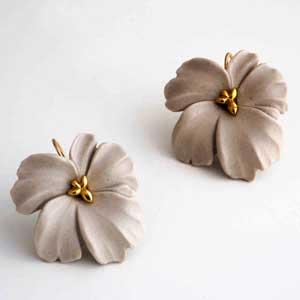 〈jewelry〉大人っぽく洗練された花モチーフに心浮き立つ