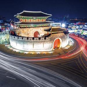 ライトアップされた夜の水原華城。市内とともに幻想的に光り輝く