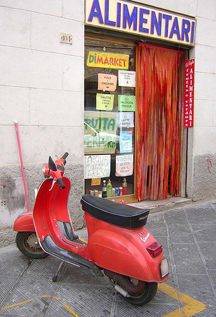シエナ旧市街の小さな食料品店前にて