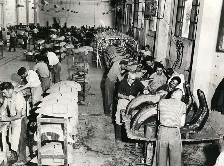 ピアッジオ社ポンテデラ工場における、ベスパの塗装準備工程。1949年