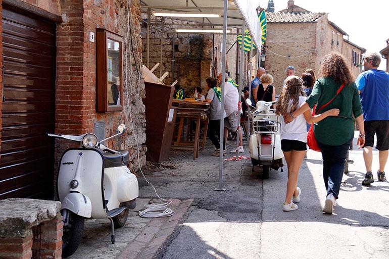 モンテプルチャーノにて。祭りの日、町内会館に乗りつけられたベスパたち