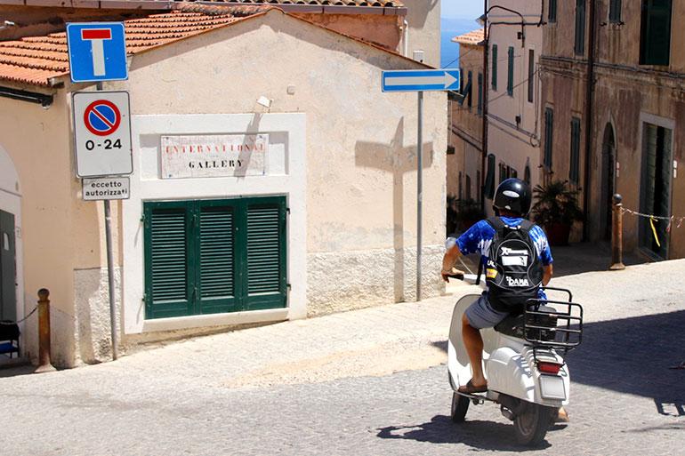 エルバ島の町・カポリーヴェリ昼下がり。海沿いの道に向かって坂を下る