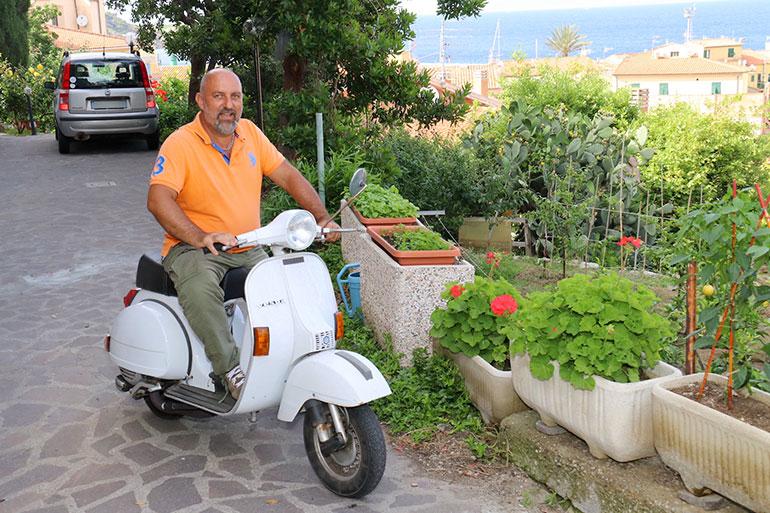 ジーリオ島にて。地元ワイナリー経営者のジョヴァンニ・ロッシ氏とベスパPX
