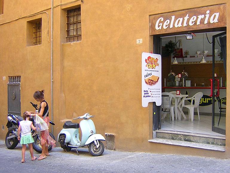 シエナ旧市街のジェラテリア(ジェラート店)で。このようにエンジンカバーが外れたまま使用しているユーザーも多数
