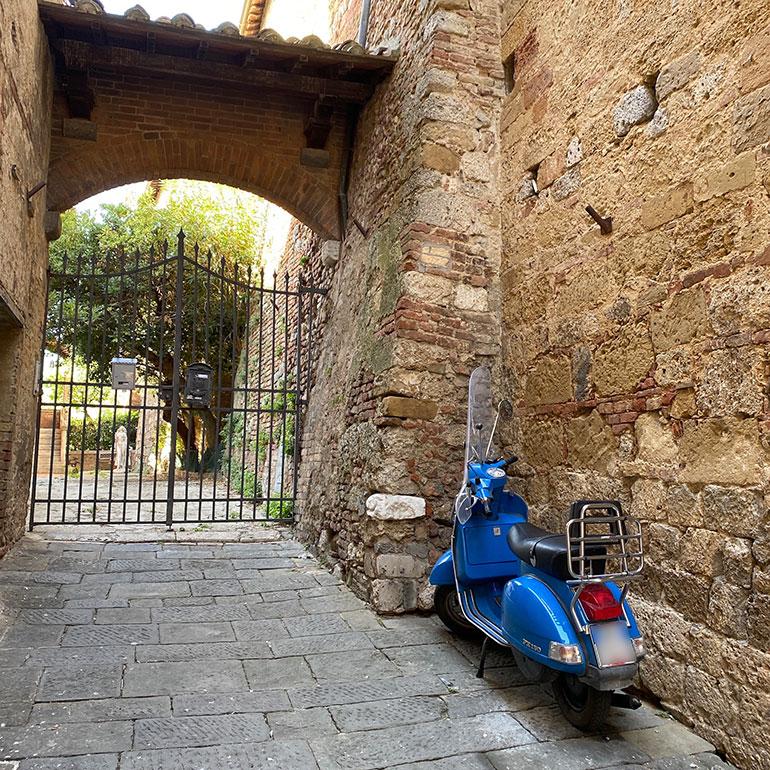 シエナ旧市街で。館の入り口前で主を待つ