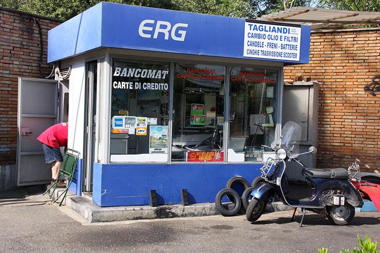 ローマの給油所。地元ベスパクラブの連絡所でもある