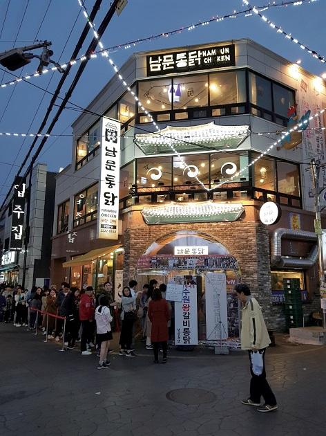 「トンダックストリート」100mほどの通りに店が並ぶ