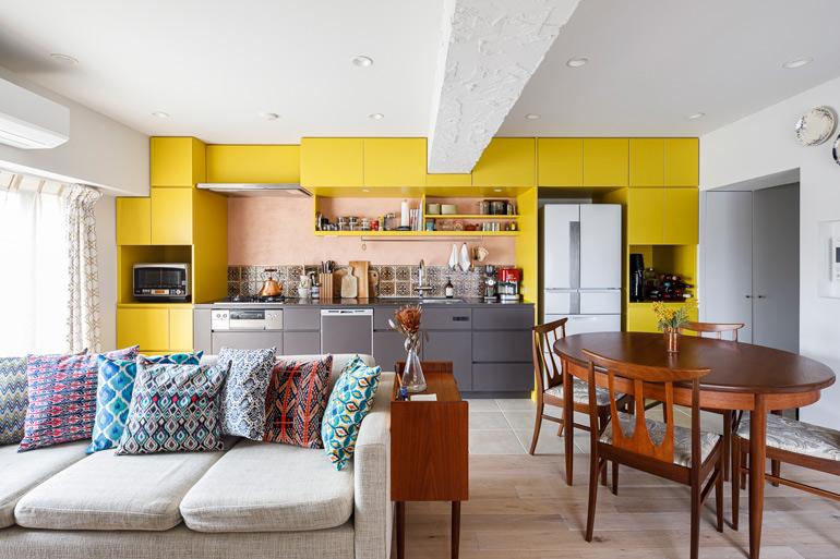 キッチン周りにも色を取り入れた。クッションの色味や柄も空間のアクセントに