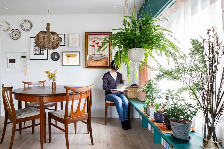 新調したダイニングの丸テーブルも、これまで持っていた家具と色味を合わせて選んだ
