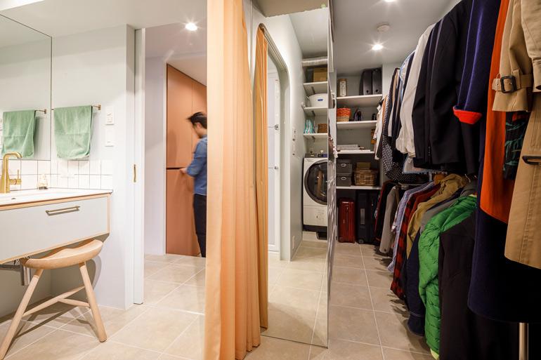 ランドリースペースのように洗濯機をおいたウォークインクローゼットは、カーテンで洗面室と仕切ることができる
