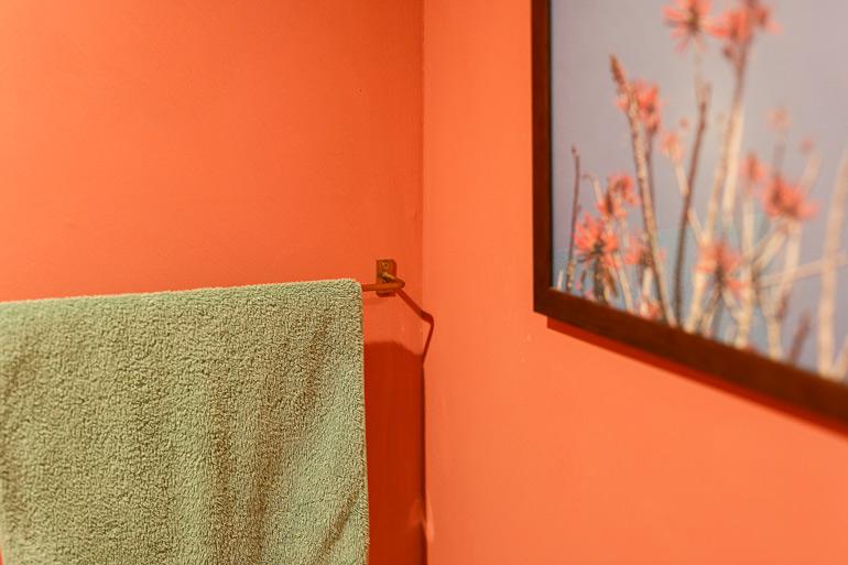 壁のピンクが映えるグリーンのタオル。家の中は全てこの色のタオルで統一