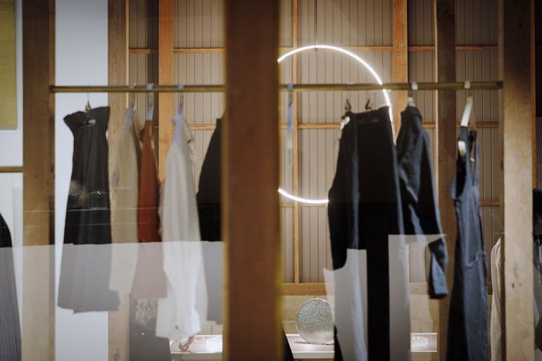 洋服やスニーカー、アクセサリーなど、関塚さんの感性で選ばれた品々が並ぶ