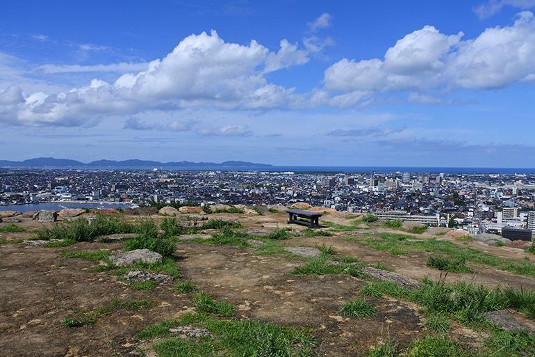 本丸の天守台と北側の眺望