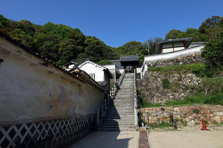 西方寺へは石段を上がる