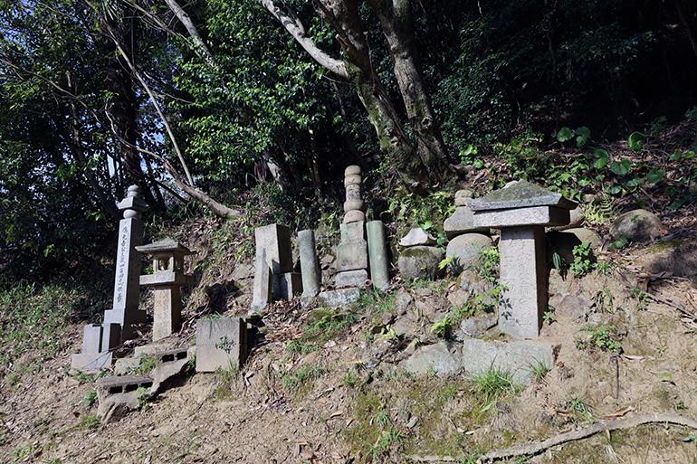 ふもとにある村上元吉の墓