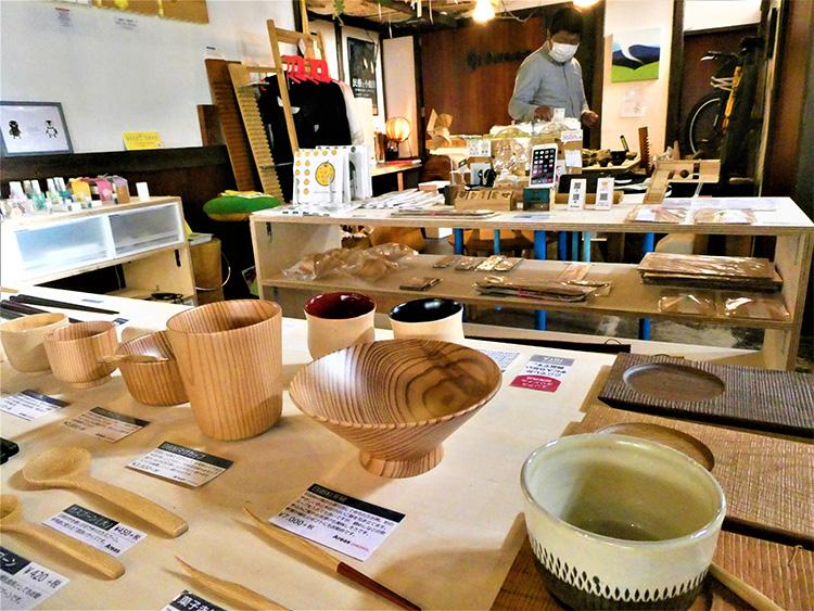 Areasの店内。木工品や焼き物が並ぶ、落ち着いた空間です