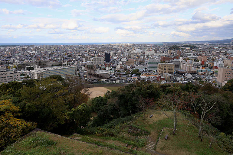 山上から見下ろす。グラウンド一帯が三の丸跡