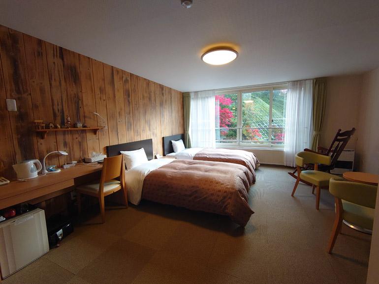 ツインルームは山小屋風でウキウキする空間