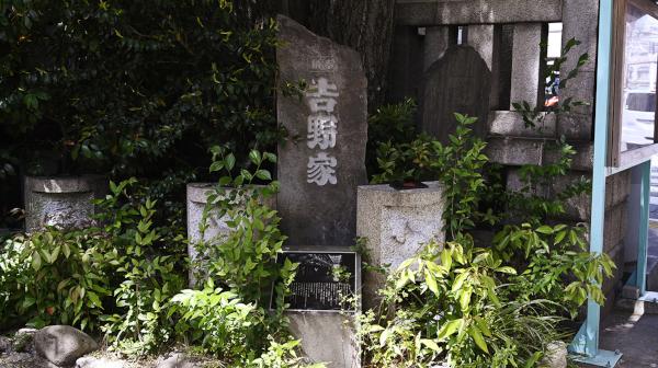見つけるコツは深呼吸? 東京で発祥地の碑探し