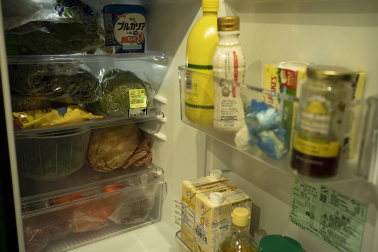 2ドアの小さな冷蔵庫はユーズド。「野菜中心なのでこれで十分です」