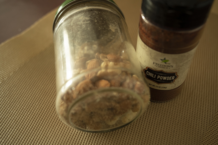 <切らしたら困るもの>ナッツとチリペッパー。「豆とナッツはベジタリアンに必要不可欠です」。後者はメキシカン料理に