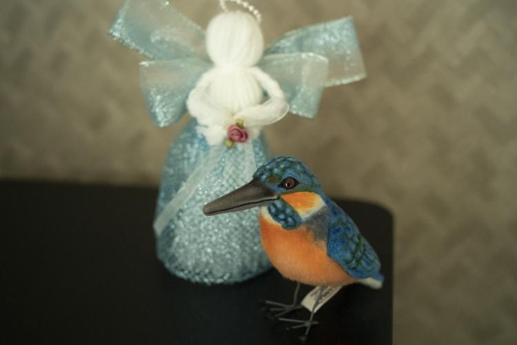 カワセミは鳥好きの彼女に、彼が贈った。手作りの人形は夫の姉からのクリスマスプレゼント