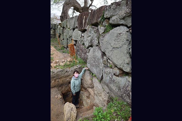 現在の地表面からさらに1.5メートルほどの深さまで石垣が検出された