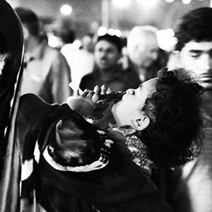 (106) 人混みで見つけた、可愛らしい必死さ 永瀬正敏が撮ったカタール