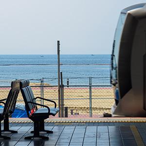 海と街、非日常と日常が共存する 兵庫県・須磨駅
