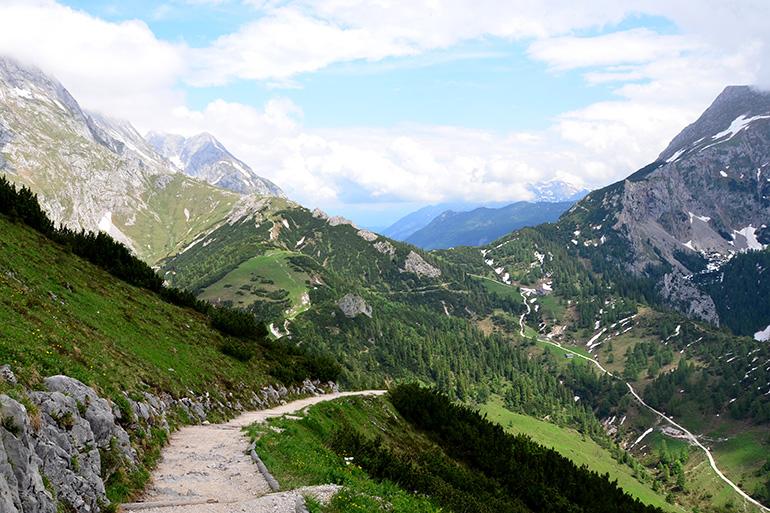 歩きながら振り返ると、すごい! 山々に囲まれています