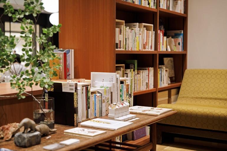 訪れた人が共感しやすいよう、テーマは食が中心。ジャンルを横断して見せることで、新たな本との出会いを作り出す