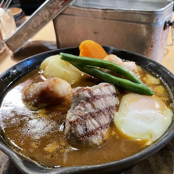 熱々の飯盒(はんごう)ライスと肉にこだわるスープカレー「アルペンジロー」(横浜・伊勢佐木町)