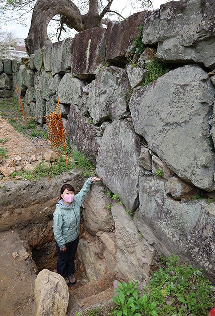 地表面からさらに1.5メートルほどの深さまで石垣が検出された