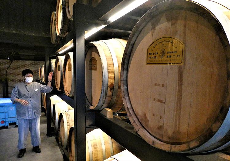 樽が並ぶ部屋。ここでおいしい梅酒が生まれます