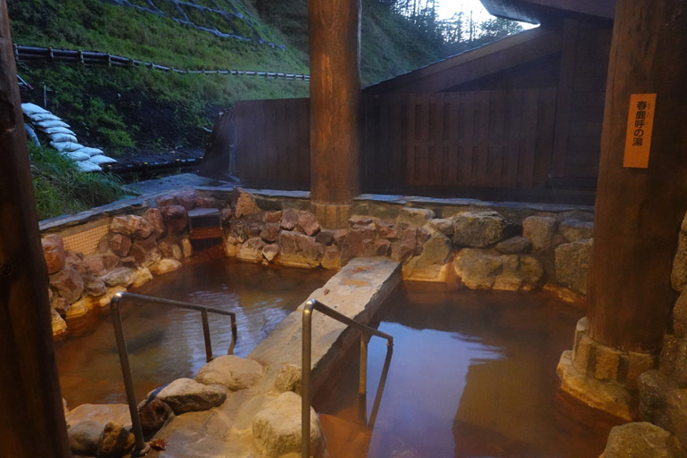 露天風呂は山の涼風が心地よい