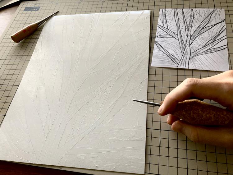 ニードルやお裁縫で使う目打ちを使い、時間をかけて版を削ります
