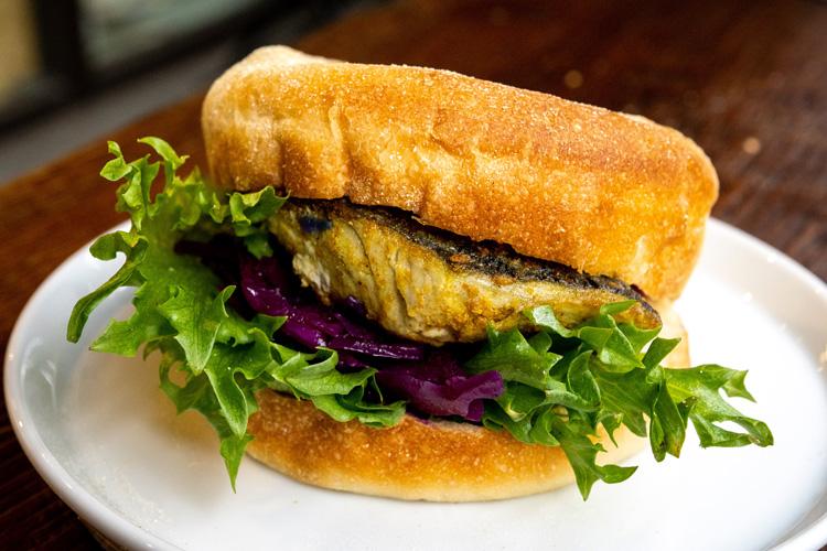 豆腐マフィン サバのカレー風味と紫キャベツのマリネ