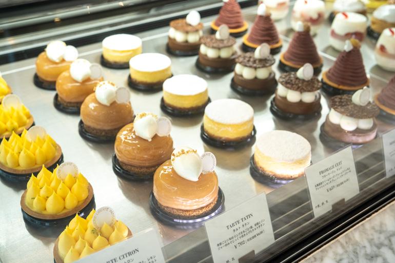 華やかなケーキも色とりどりに