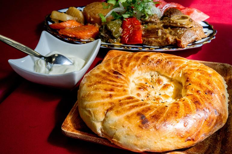 キルギスレストラン「ヴァタニム」で提供されるノンと羊肉料理